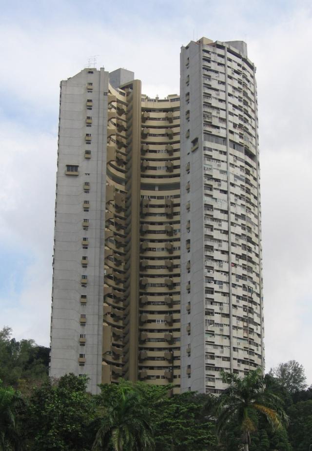 珍珠苑建于70年代,楼高37层,外形有如马蹄铁,是本地早期的私人公寓。